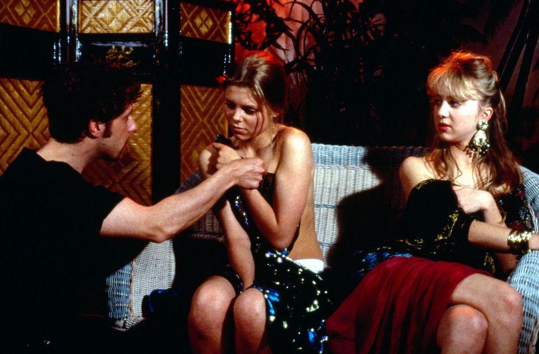 Ihr Freund Nico hat Natalie (Anne Sophie Briest, M.) überredet, mit ihrer ehemaligen Klassenkameradin Marion (Melanie Rühmann, r.) einem zwielicht... - Bildquelle: Sat.1