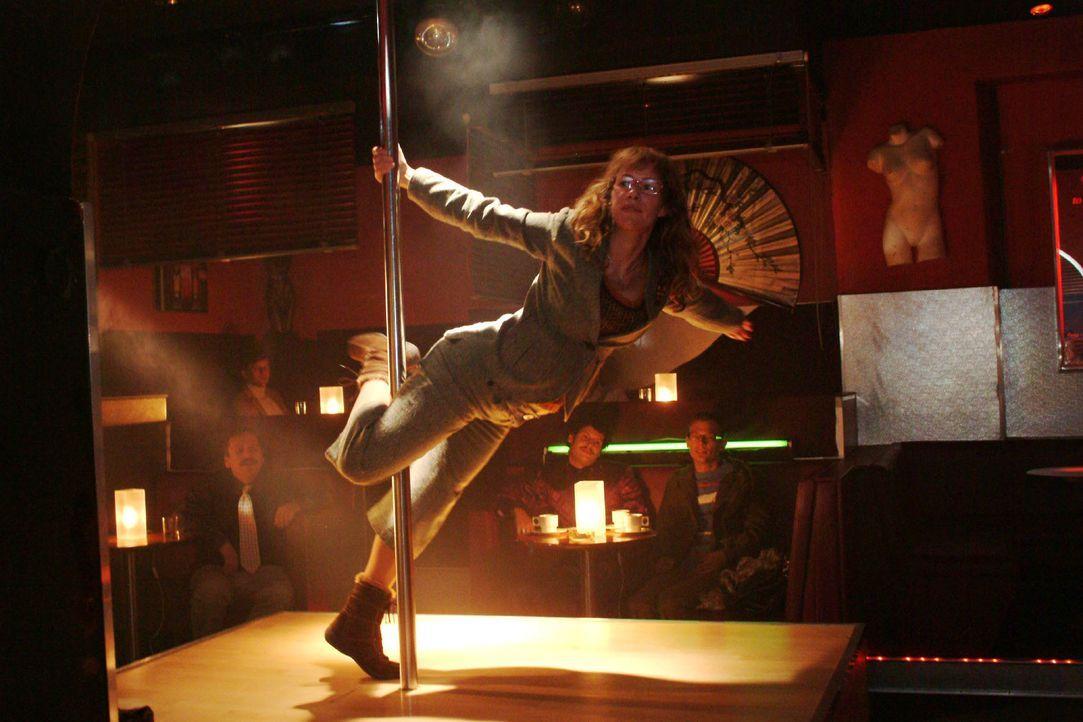 Lisas (Alexandra Neldel) Tabledance-Performance endet mit einem waghalsigen Dreher. (Dieses Foto von Alexandra Neldel darf nur in Zusammenhang mit d... - Bildquelle: Monika Schürle SAT.1 / Monika Schürle