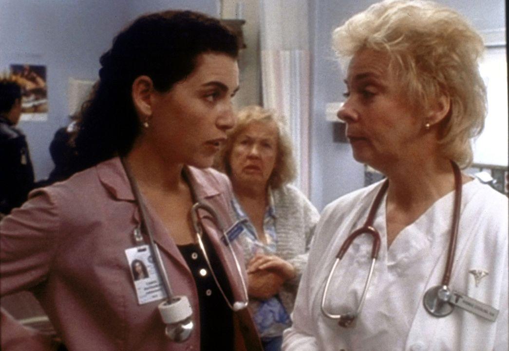 Hathaway (Julianna Margulies, l.) weist Schwester Rhonda (Jenny O'Hara, r.) zurecht, die in der Notaufnahme aushilft. - Bildquelle: TM+  WARNER BROS.