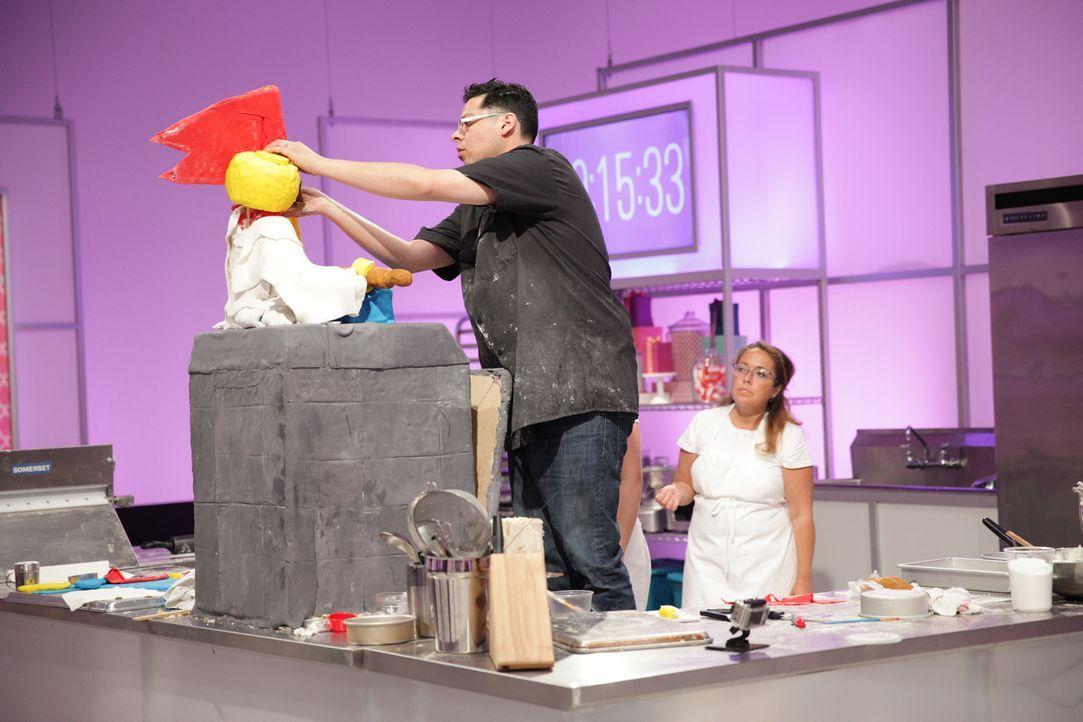 """Gelingt Frank Arevalo (l.) der """"LEGO"""" Kuchen wirklich so, wie er sich ihn vorstellt? - Bildquelle: 2015, Television Food Network, G.P. All Rights Reserved"""