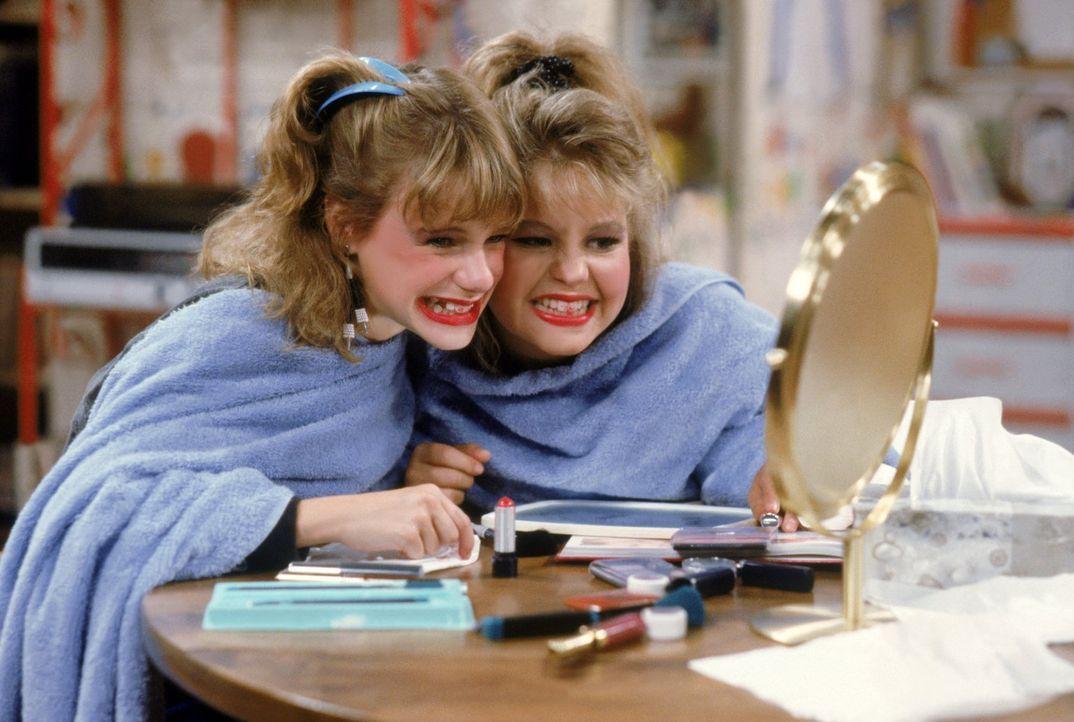 Wird Make-up wirklich dabei helfen, dass D.J. (Candace Cameron, r.) und Kimmy (Andrea Barber, l.) sich nicht mehr wie kleine Kinder vorkommen? - Bildquelle: Warner Brothers Inc.