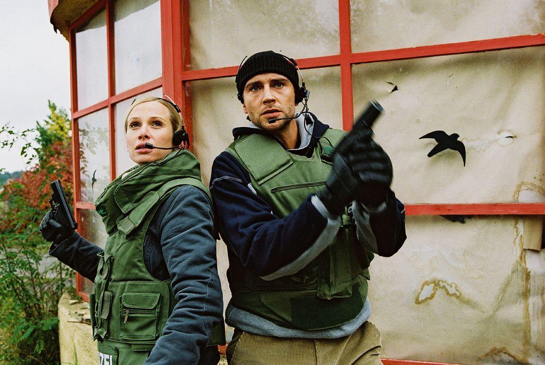 Max (Oliver Bootz, r.) und Franziska (Nadeshda Brennicke, l.) im Einsatz. - Bildquelle: Christian A. Rieger Sat.1
