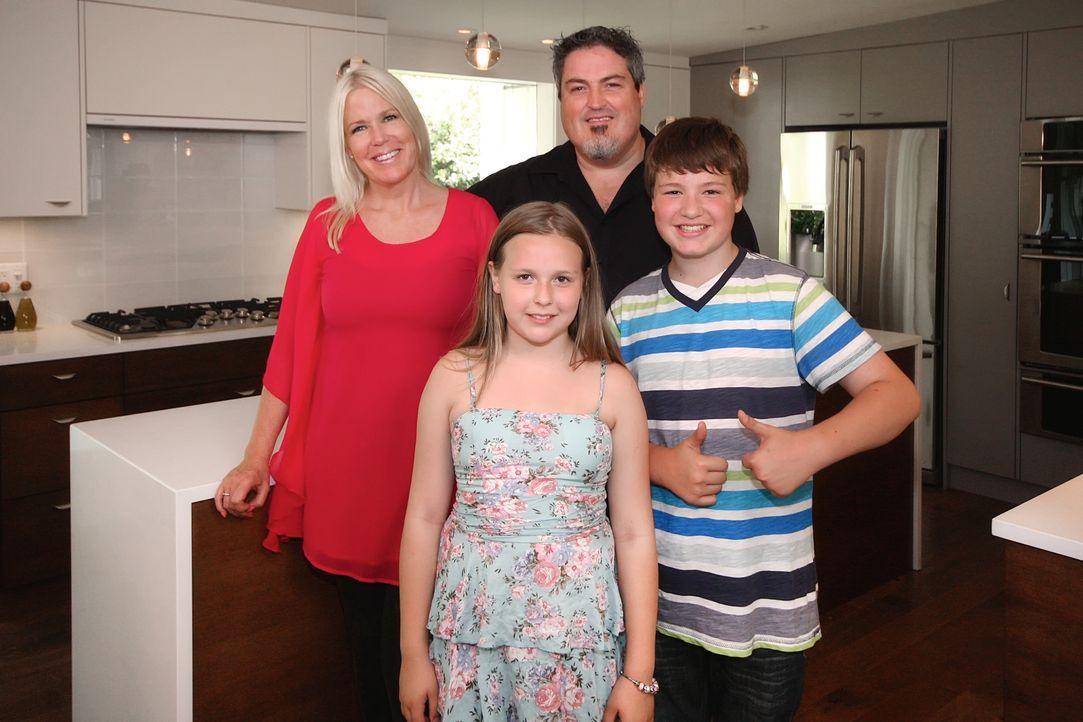 Stephane (2.v.r.) und Karina (l.) haben ihren Kindern versprochen, dass das der letzte Umzug sein wird. Mit zwölf Umzügen in 15 Jahren sucht die vie... - Bildquelle: Cory Permack 2017,HGTV/Scripps Networks, LLC. All Rights Reserved