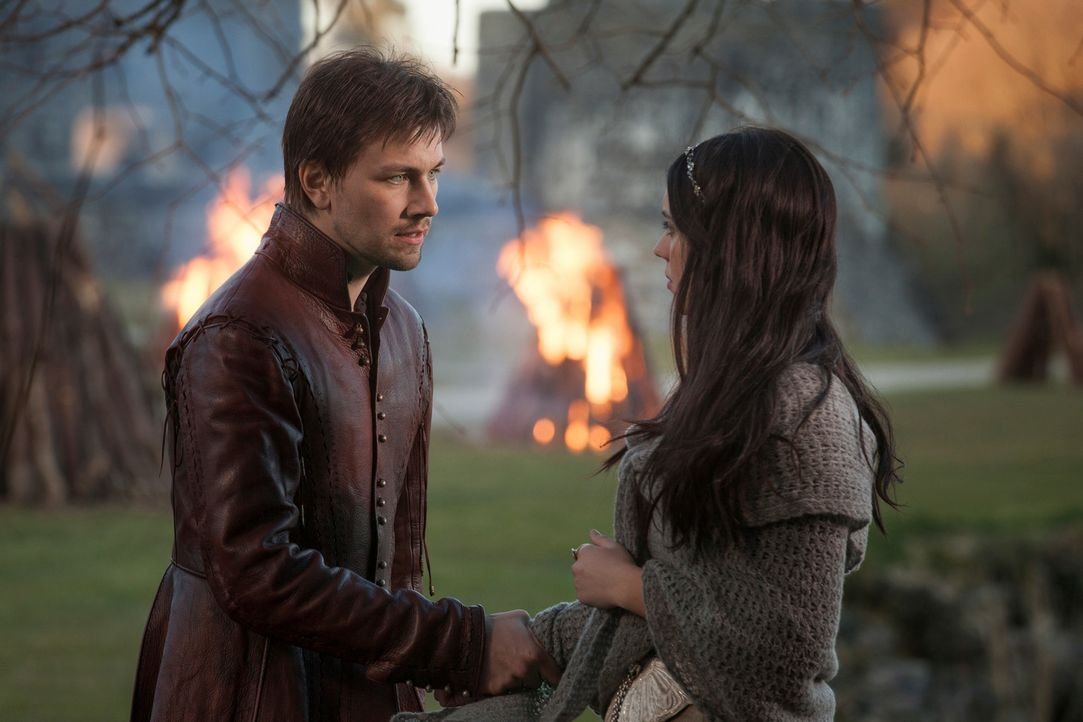Die Begegnung mit Sebastian (Torrance Coombs, l.), dem Bruder des Thronfolgers Francis, verwirrt Mary (Adelaide Kane, r.), die junge Königin von Sch... - Bildquelle: Joss Barratt 2013 The CW Network, LLC. All rights reserved.