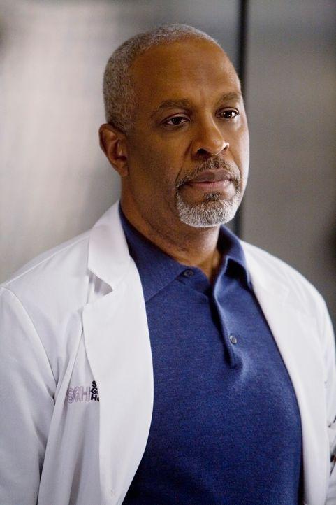 Während sich Webber (James Pickens jr.) um Izzie Sorgen macht, erleidet Owen aufgrund seiner psychischen Belastung einen Anfall, mit dem er Cristin... - Bildquelle: Touchstone Television