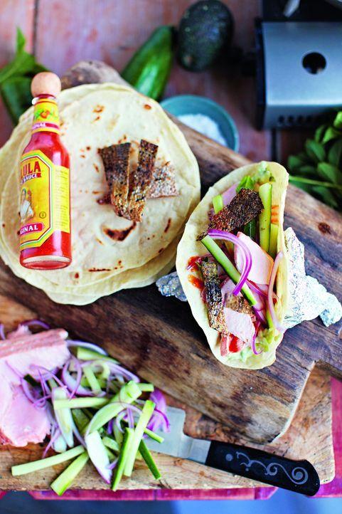Tacos mal anders. Jamie Oliver zeigt, wie man auch aus Lachs eine köstliche Tacosfüllung machen kann ... - Bildquelle: David Loftus 2013 Jamie Oliver Enterprises Ltd.
