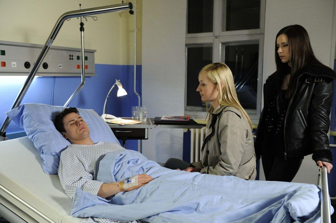 Timo (Rocco Stark, l.) ist erleichtert, als Karin (Barbara Sotelsek, M.) und Luzi (Selina Müller, r.) ihm versichern, dass das Taubheitsgefühl im... - Bildquelle: SAT.1