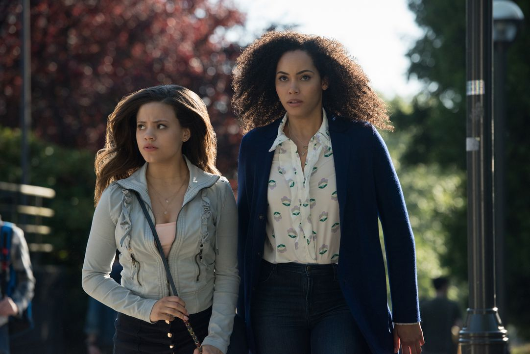 Maggie Vera (Sarah Jeffery, l.); Macy Vaughn (Madeleine Mantock, r.) - Bildquelle: Dean Buscher 2018 The CW Network, LLC. All Rights Reserved.