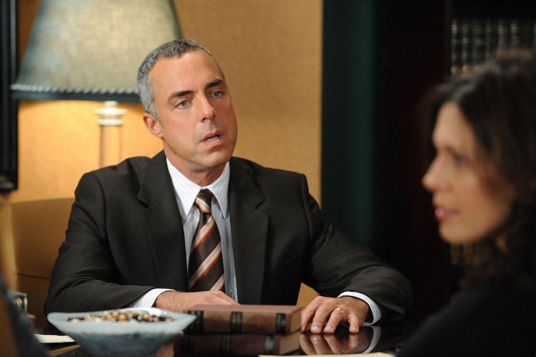 Glenn (Titus Welliver, l.) ist entsetzt, als seine Noch-Frau Carla (Jessica Hecht, r.) ihm den Namen ihrer Anwältin mitteilt ... - Bildquelle: CBS Studios Inc. All Rights Reserved.