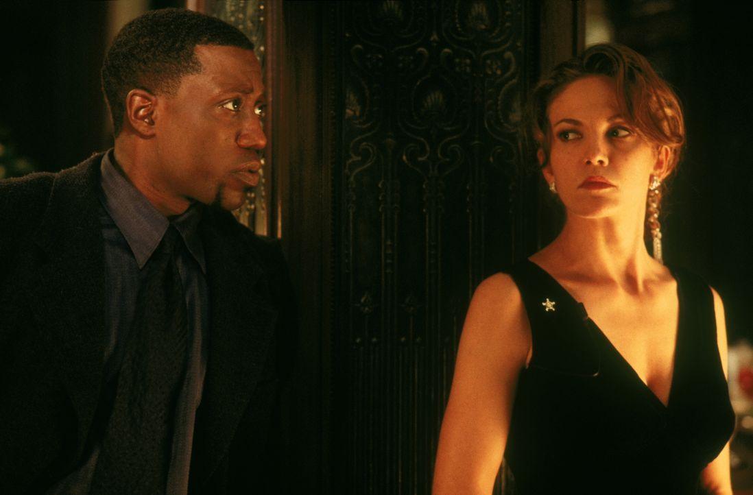 Die Geheimagentin Nina Chance (Diane Lane, r.) und Detective Harlan Regis (Wesley Snipes, l.) stoßen auf viele Ungereimtheiten. Mehr als einigen hoc... - Bildquelle: Warner Bros.