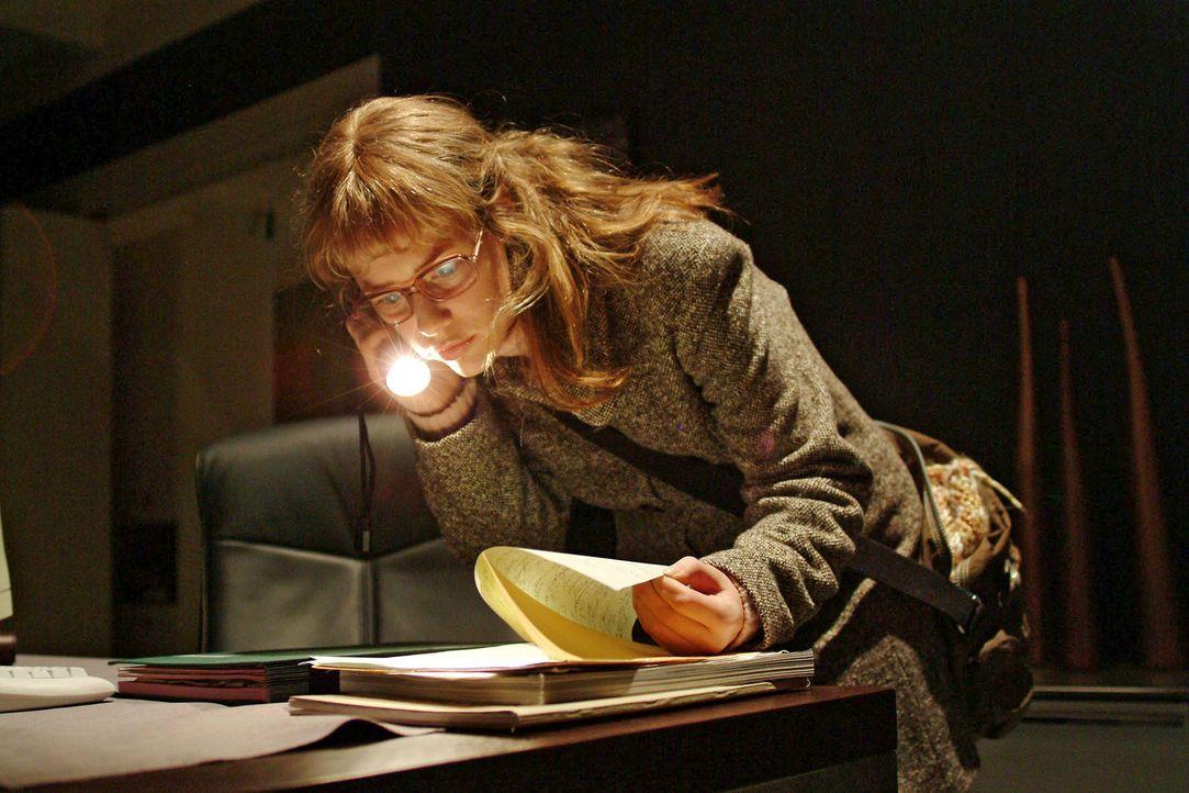Lisa (Alexandra Neldel) schleicht sich heimlich nach Feierabend in Richards Büro, um aus seinen Unterlagen Informationen über die Firmenpräsentat... - Bildquelle: Sat.1