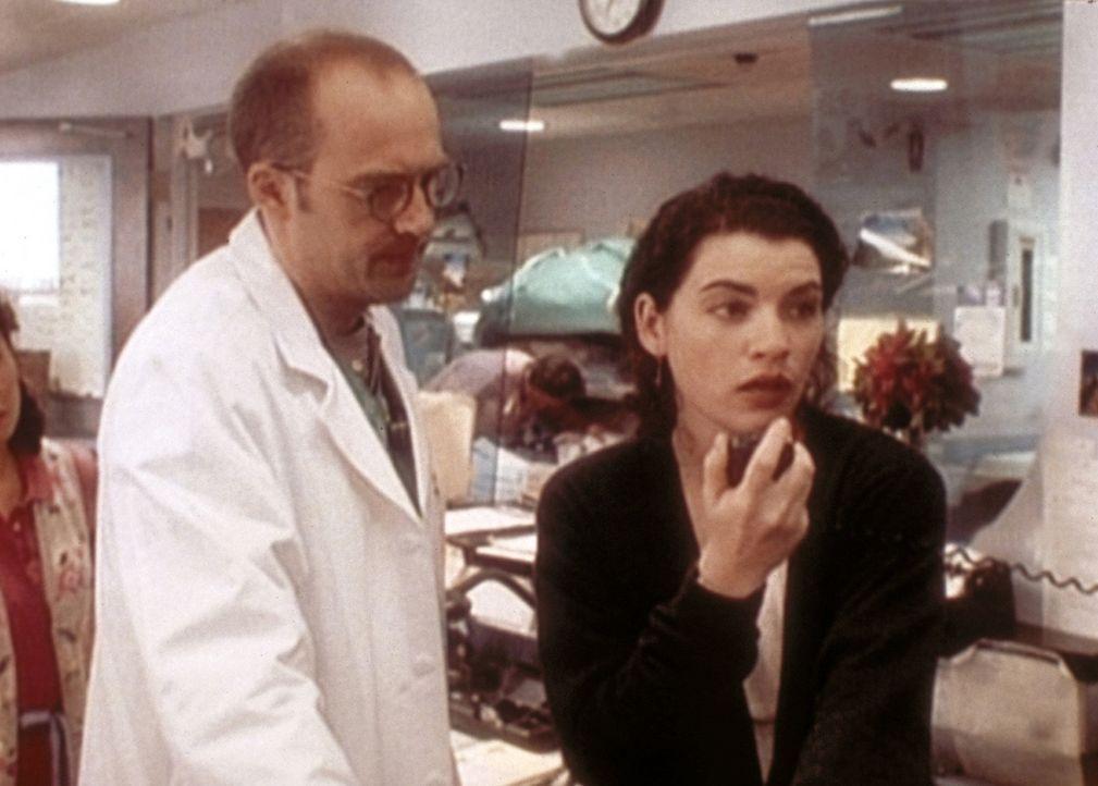 Hathaway (Julianna Margulies, r.) macht sich große Sorgen um Sheperd. Auch Greene (Anzhony Edwards, l.) kann die Oberschwester nicht aufmuntern. - Bildquelle: TM+  WARNER BROS.