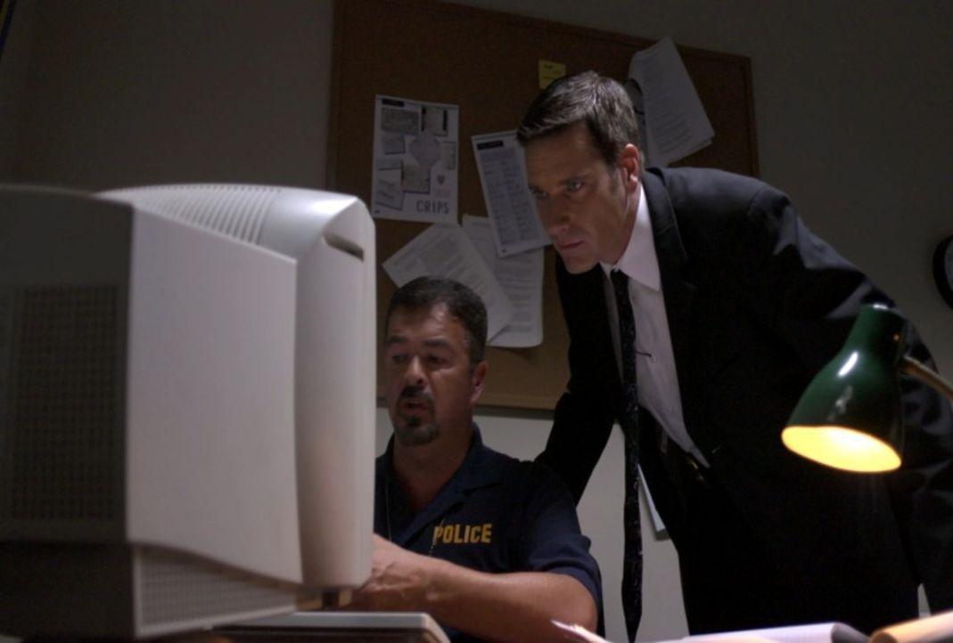 Als eine Frau in einem Schusswechsel ermordet wird, muss sich Lt. Joe Kenda (Carl Marino, r.) durch ein Netz aus Lügen kämpfen und sich mit verängst... - Bildquelle: Jupiter Entertainment