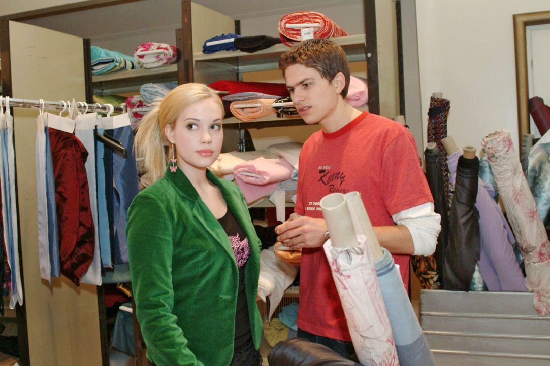 Was sich liebt, das neckt sich? Timo (Matthias Dietrich, r.) und Kim (Lara-Isabelle Rentinck, l.) geraten beim Aufräumen des Lagers wieder einmal a... - Bildquelle: Sat.1