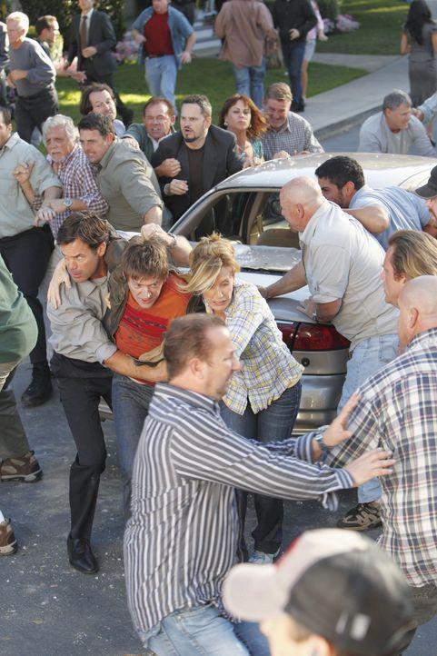 Aufregung in der Wisteria Lane: Lynette (Felicity Huffman, M.r.), Bob (Tuc Watkins, M.l.) und Lee (Kevin Rahm, M.M.) ... - Bildquelle: ABC Studios