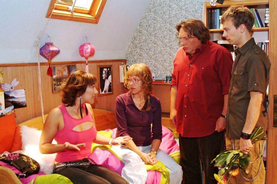 Lisa (Alexandra Neldel, 2.v.l.) sind ihre peinlichen Auftritte zu viel - sie will zur Verblüffung von Yvonne (Bärbel Schleker, l.), ihrem Vater (Vol... - Bildquelle: Monika Schürle SAT.1 / Monika Schürle