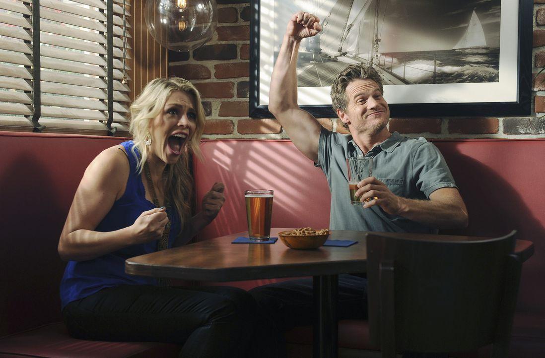 Haben viel Spaß miteinander: Laurie (Busy Philipps, l.) und Bobby (Brian Van Holt, r.) ... - Bildquelle: 2010 ABC INC.