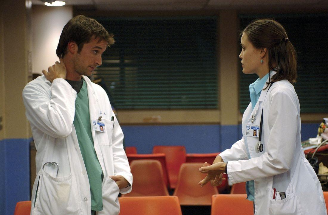 Als die seit 16 Stunden wartende Praktikantin Erin Harkins von Carter (Noah Wyle, l.) verlangt, ihr wenigstens einen groben Einblick in den Krankenh... - Bildquelle: TM+  2000 WARNER BROS.