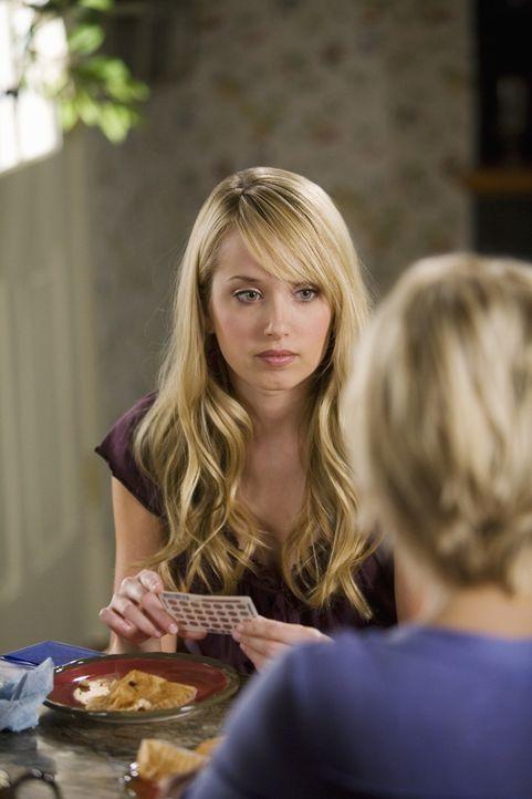 Grace (Megan Park, l.) versichert ihrer Mutter (Josie Bissett, r.), dass sie noch mit keinem Jungen geschlafen hat ... - Bildquelle: 2008 DISNEY ENTERPRISES, INC. All rights reserved. NO ARCHIVING. NO RESALE.