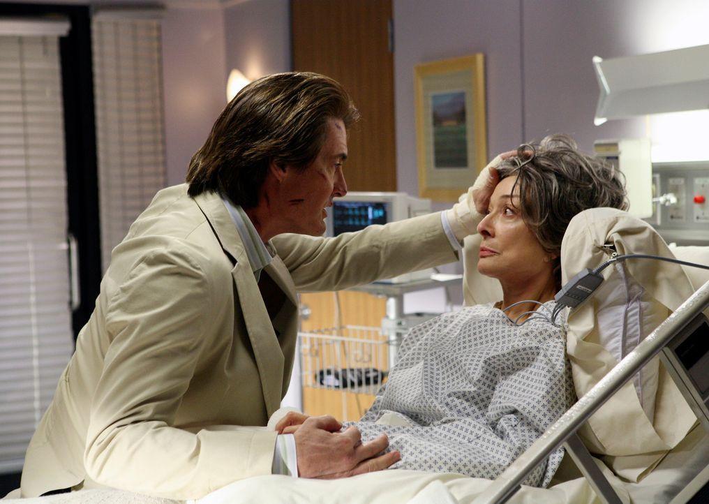 Orson (Kyle MacLachlan, l.) besucht seine Mutter Gloria (Dixie Carter, r.), die einen Schlaganfall hatte, im Krankenhaus … - Bildquelle: 2005 Touchstone Television  All Rights Reserved