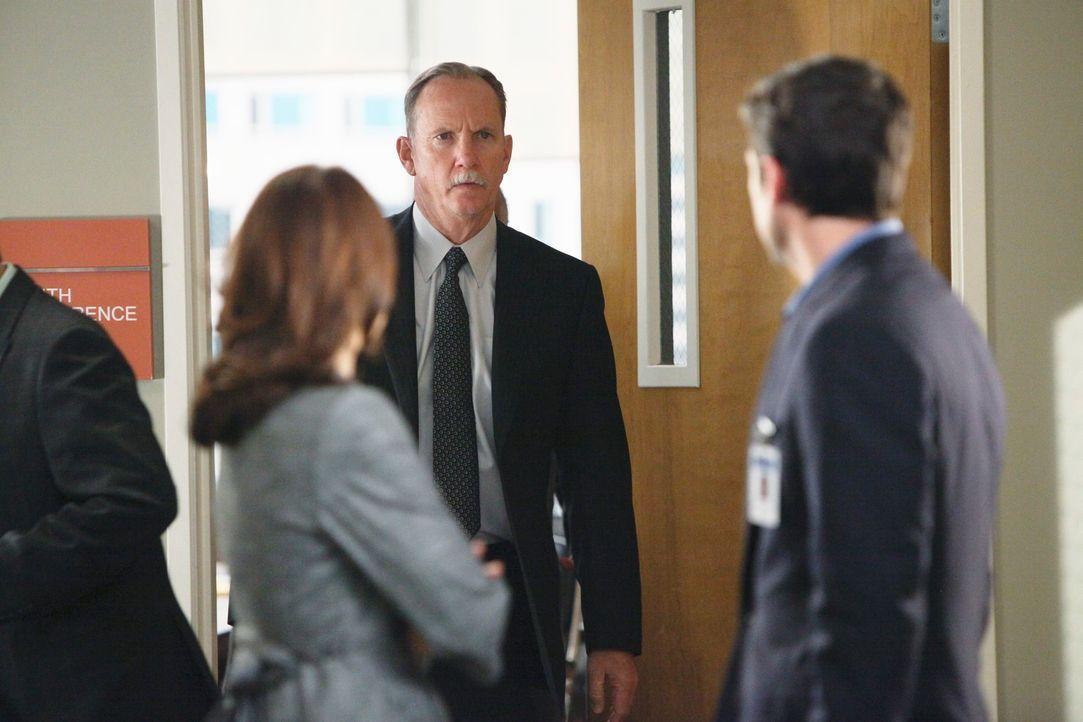 Derek (Patrick Dempsey, r.) muss sich mit Gary Clark (Michael O'Neill, M.) auseinandersetzen, der ihn für den Tod seiner Frau verantwortlich macht.... - Bildquelle: Touchstone Television