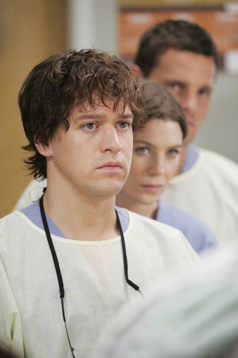 Während ihres Aufenthalts in der Bar, werden alle Ärzte zum Notdienst ins Krankenhaus zurückbeordert. Auch George (T.R. Knight, l.), Meredith (Ellen... - Bildquelle: Touchstone Television
