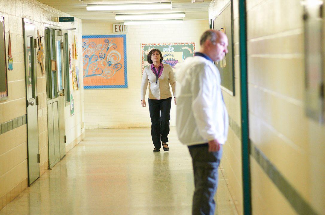 Als Direktorin Bentzel (l.) William Stankewicz (r.) nach dem Grund seines Besuchs an ihrer Schule fragt, begibt sie sich in tödliche Gefahr ... - Bildquelle: Steven Lungley Cineflix 2014