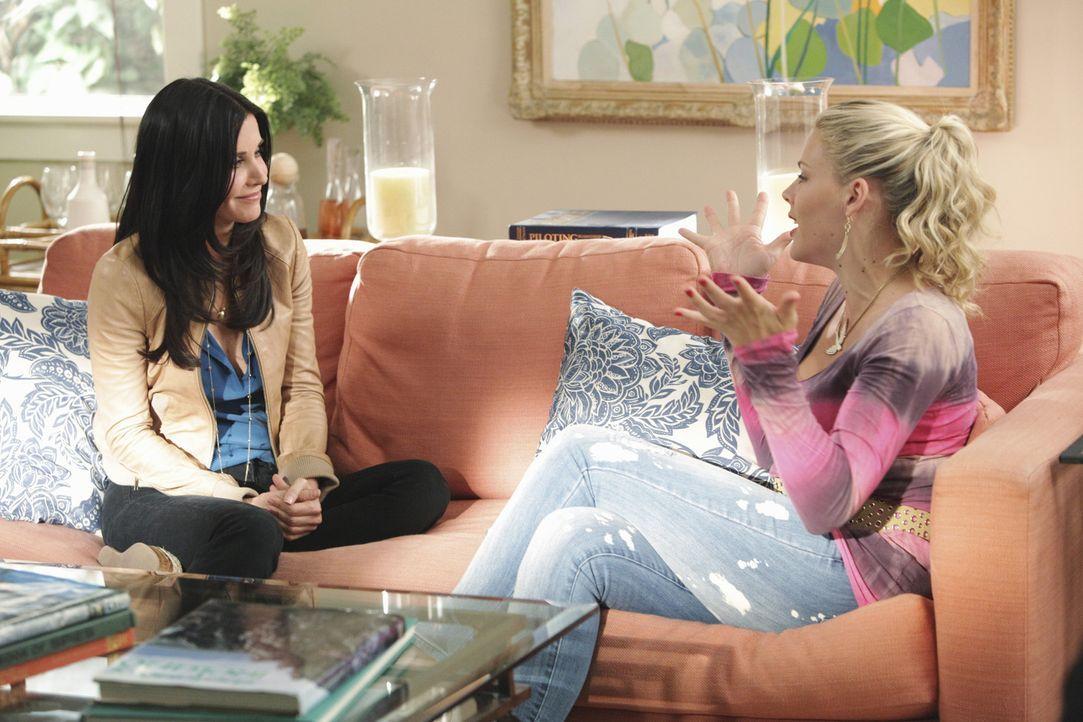 Da Laurie (Busy Philipps, r.) ein Wochenende mit Jules (Courteney Cox, l.) verbringen möchte, behauptet sie, dass ihr Apartment renoviert wird und... - Bildquelle: 2010 ABC INC.
