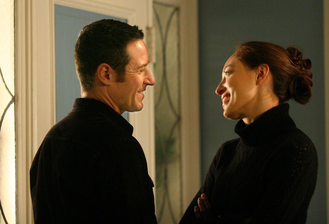 Arbeiten gemeinsam an einem Fall: Liz Warner (Aya Sumika, r.) und Don (Rob Morrow, l.) ... - Bildquelle: Paramount Network Television