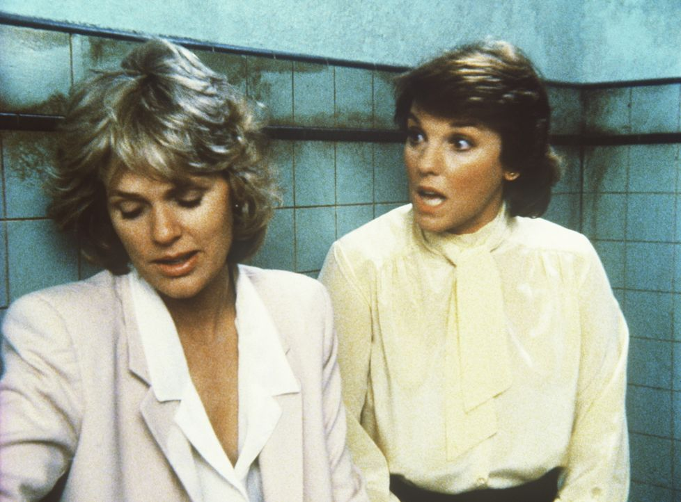 Cagney (Sharon Gless, l.) diskutiert heftig mit Lacey (Tyne Daly, r.) die Babyfrage. - Bildquelle: ORION PICTURES CORPORATION. ALL RIGHTS RESERVED.