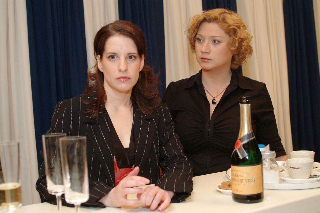 Agnes (Susanne Szell, r.) versucht die schockierte Inka (Stefanie Höner, l.) zu trösten. - Bildquelle: Monika Schürle SAT.1 / Monika Schürle