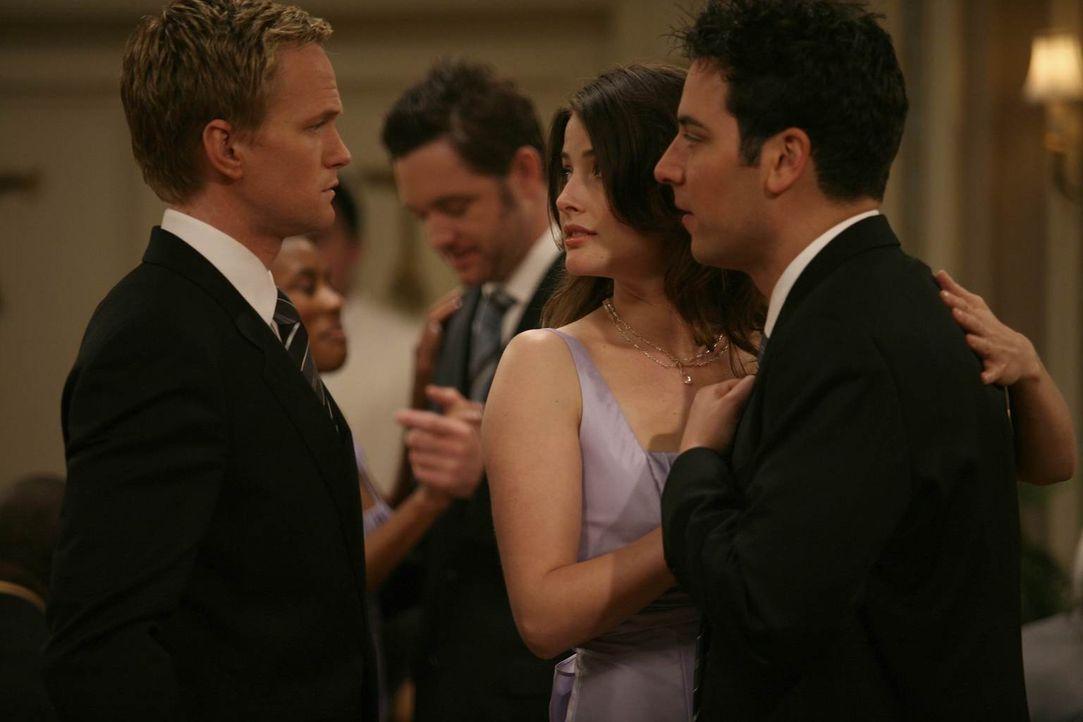 Barney (Neil Patrick Harris, l.) hat zufällig mitbekommen, dass Ted (Josh Radnor, r.) und Robin (Cobie Smulders, M.) den Freunden am nächsten Tag ei... - Bildquelle: 20th Century Fox International Television