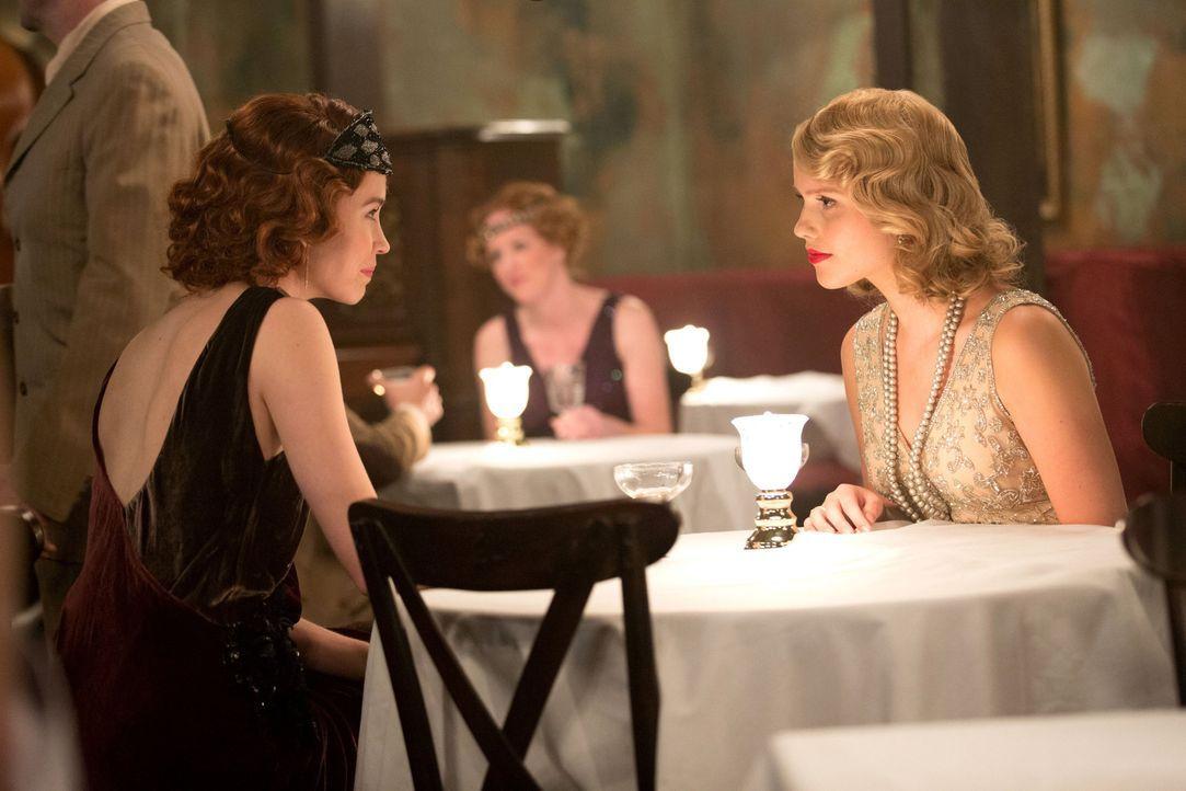 Genevieve vertraut Rebekah - Bildquelle: Warner Bros. Entertainment Inc.
