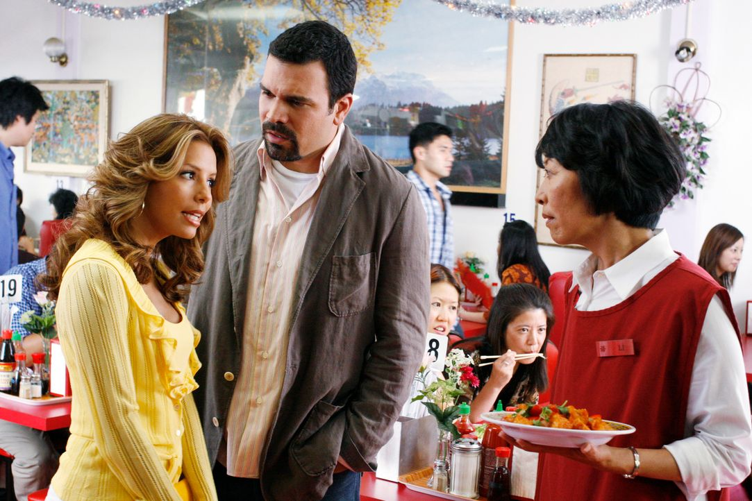 Xiao-Mei ist verschwunden. Gabrielle (Eva Longoria, l.) bittet Carlos (Ricardo Antonio Chavira, M.) um Hilfe und gemeinsam fahren sie nach China-Tow... - Bildquelle: 2005 Touchstone Television  All Rights Reserved