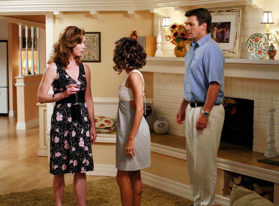 Katherine (Dana Delany, l.) findet, dass Gabrielle (Eva Longoria, M.) sich zu sehr an Adam (Nathan Fillion, r.) heranmacht und teilt ihr dies auch m... - Bildquelle: ABC Studios