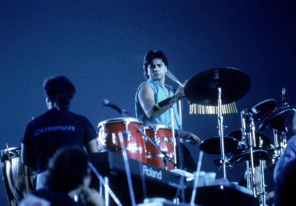 Jesse (John Stamos) wittert seine musikalische Chance, wenn er seinen Werbejingle den weltbekannten Beach Boys einmal vorspielen könnte. Doch dann k... - Bildquelle: Warner Brothers Inc.