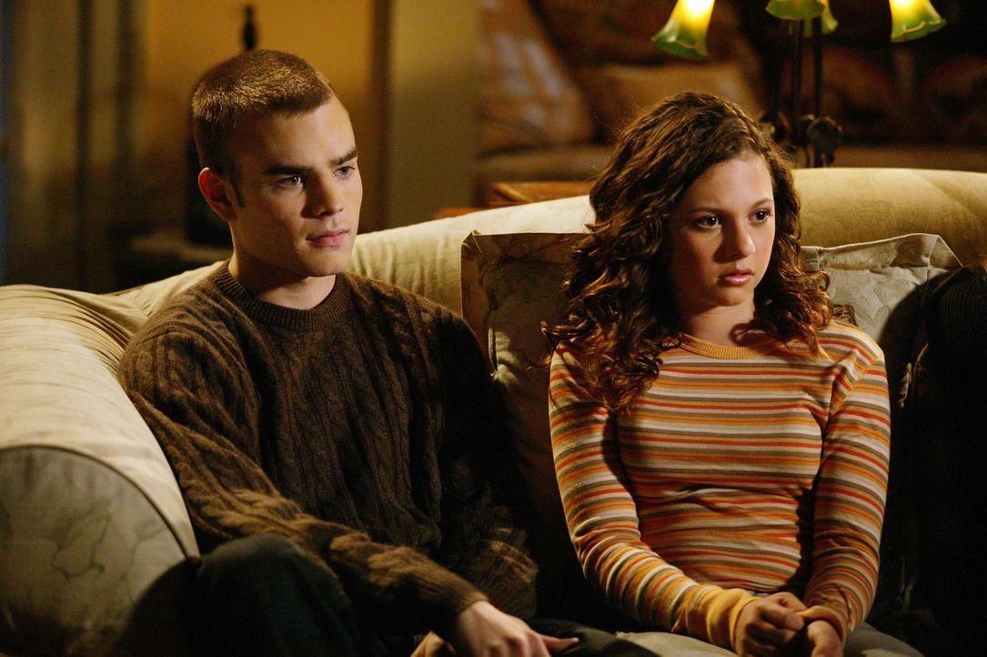 Eine unangenehme Nachricht ihrer ältesten Schwester wollen Simon (David Gallagher, l.) und Ruthie (Mackenzie Rosman, r.) vor den Eltern geheim halte... - Bildquelle: The WB Television Network