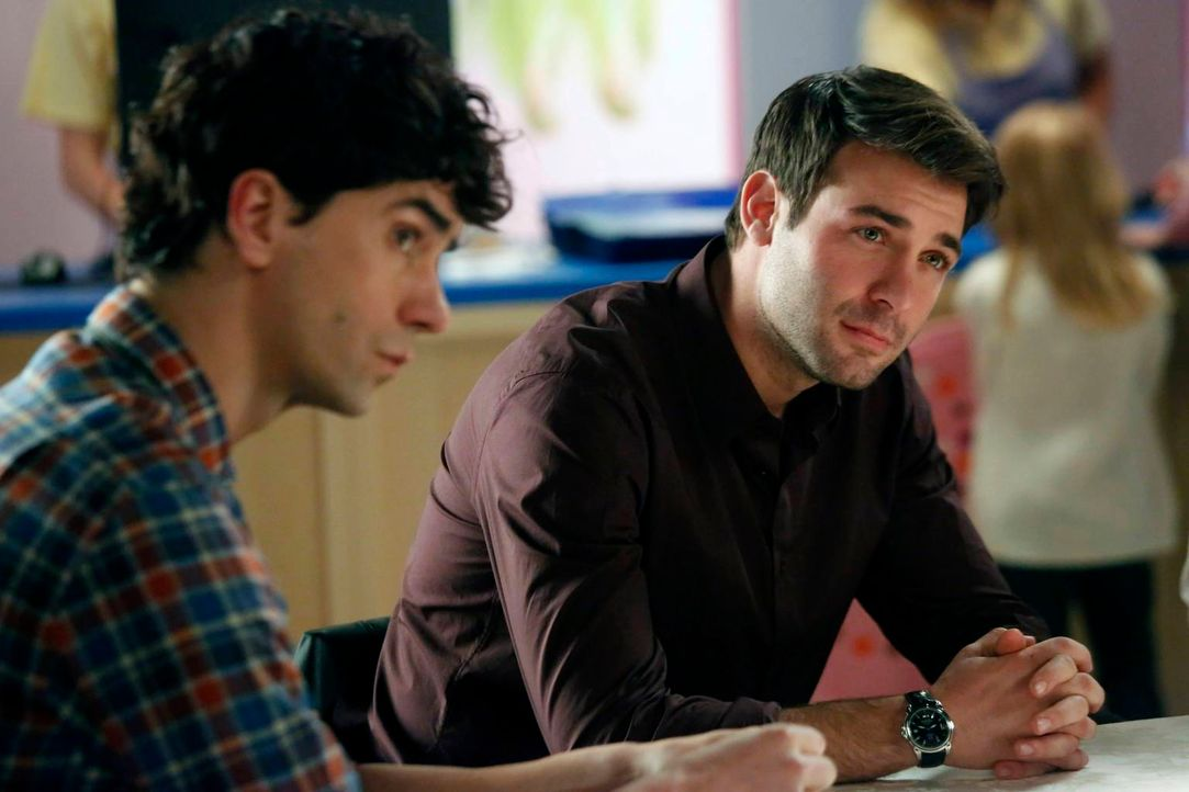 Als Andrew (Hamish Linklater, l.) und Zach (James Wolk, r.) krank sind, steht Lauren ganz alleine vor einer wichtigen Aufgabe ... - Bildquelle: 2013 Twentieth Century Fox Film Corporation. All rights reserved.
