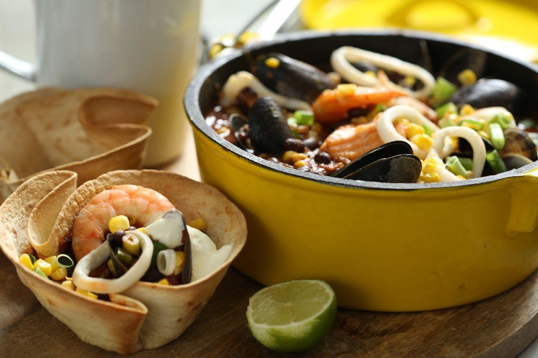 Ein Meeresfrüchte-Chili in Tortillaschälchen ist das perfekte Gericht für die nächste Party ... - Bildquelle: Richard Hill BBC 2013