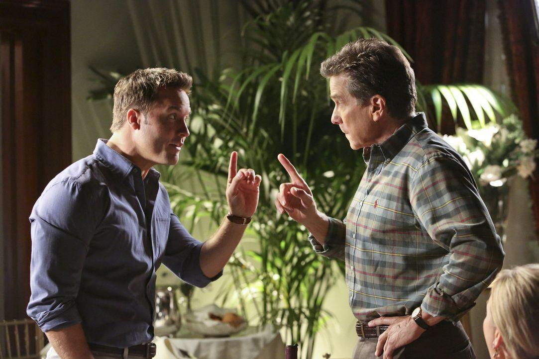 Die Begegnung zwischen George (Scott Porter, l.) und Brick (Tim Matheson, r.) im Restaurant entwickelt sich zu einem spannenden Spektakel, vor allem... - Bildquelle: Warner Bros.