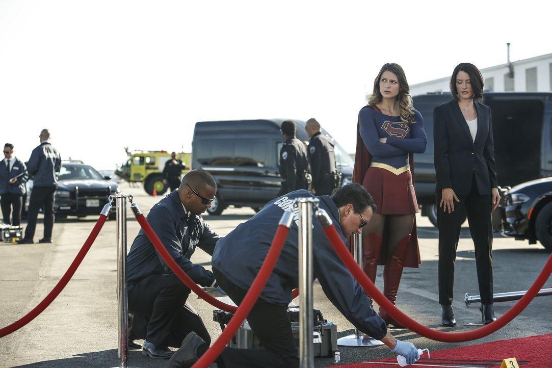 Supergirl (Melissa Benoist, l.) und ihre Schwester Alex (Chyler Leigh, r.) können die Präsidentin in letzter Sekunde vor einem unbekannten Angreifer... - Bildquelle: 2016 Warner Bros. Entertainment, Inc.