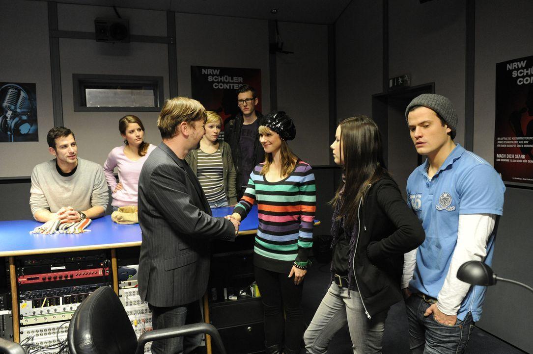 Der Radio-Wettbewerb: (v.l.n.r.) Michael (Andreas Jancke), Bea (Vanessa Jung), Juror Palmstroem (Thomas Rudnik), Emma (Kasia Borek), Hotte (Dennis S... - Bildquelle: SAT.1