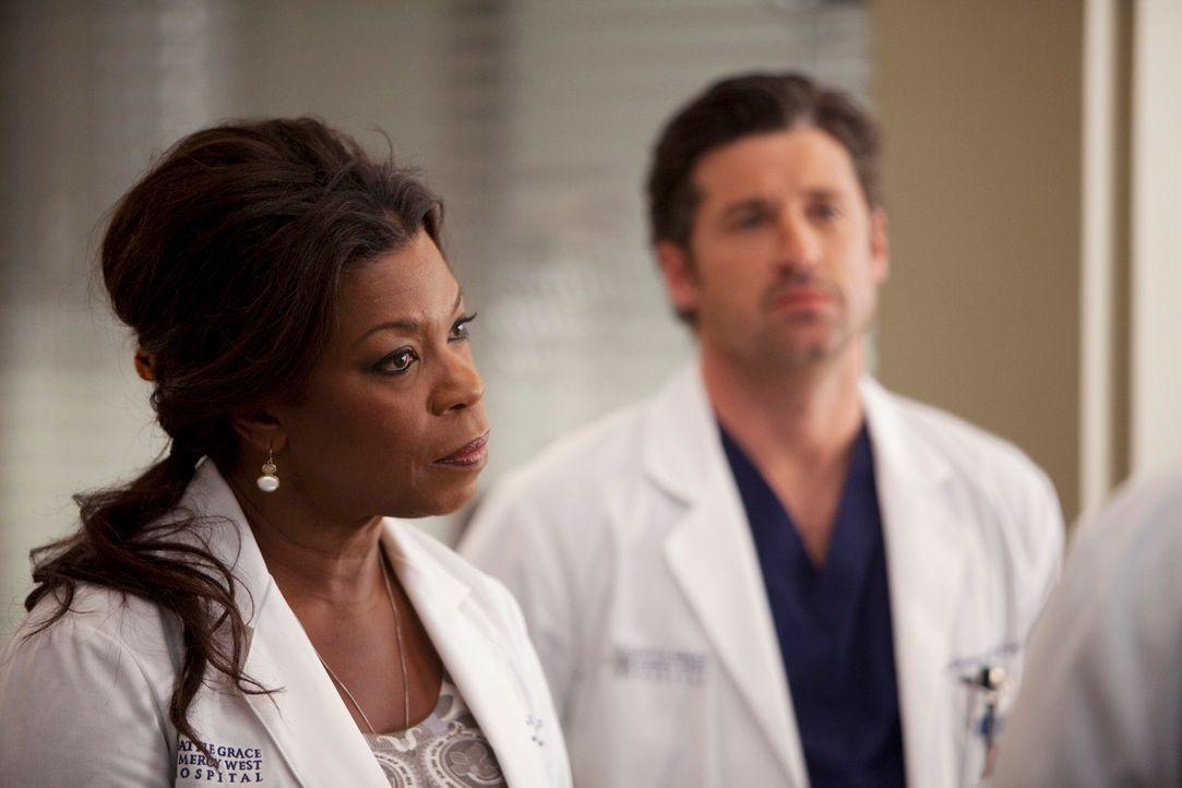 Sorgen sich um Holly: Dr. Fincher (Lorraine Toussaint, l.) und Derek (Patrick Dempsey, r.) ... - Bildquelle: Touchstone Television