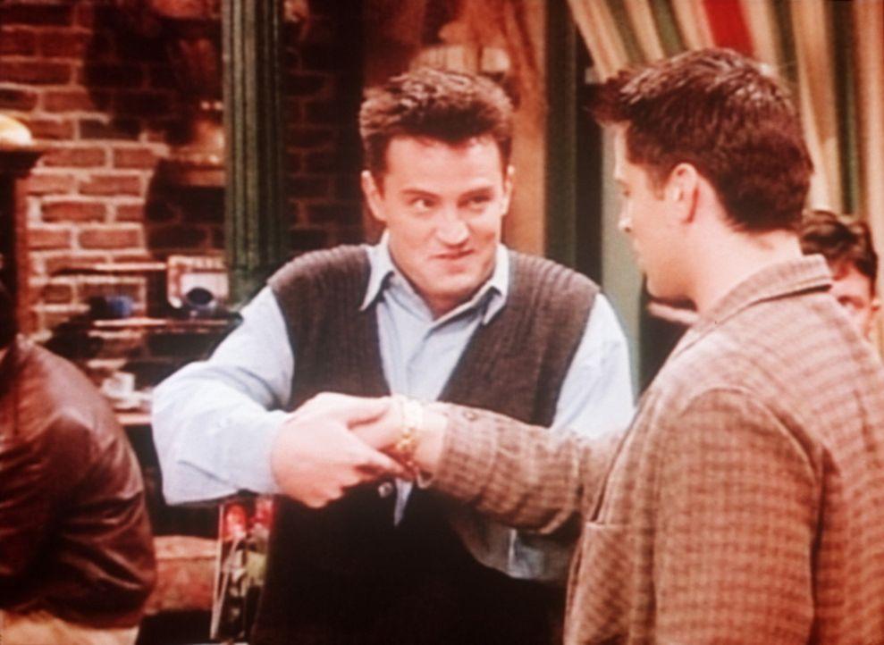 Chandler (Matthew Perry, l.) hat Joey (Matt LeBlanc, r.) ein ziemlich teures Geschenk gemacht ... - Bildquelle: TM+  2000 WARNER BROS.