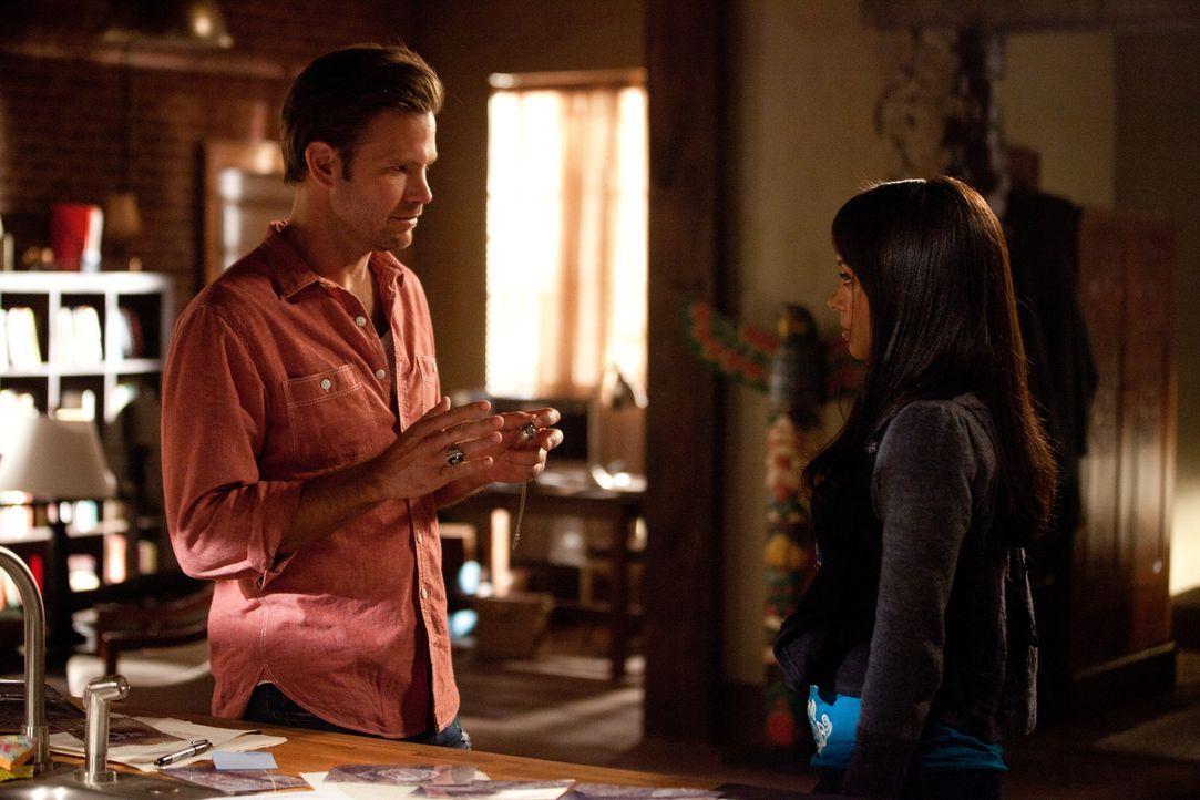 Zusammen mit Alaric Saltzman (Matthew Davis, l.) versucht Elena (Nina Dobrev, r.) herauszufinden, was die Wandzeichnungen in der Höhle bedeuten könn... - Bildquelle: Warner Bros. Television
