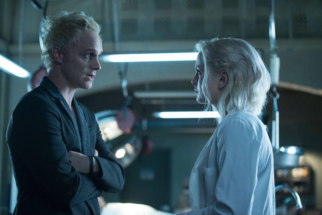 Liv (Rose McIver, r.) begegnet dem Mann, wegen dem sie jetzt ein Dasein als Zombie fristet: Drogendealer Blaine DeBeers (David Anders) ... - Bildquelle: Warner Brothers