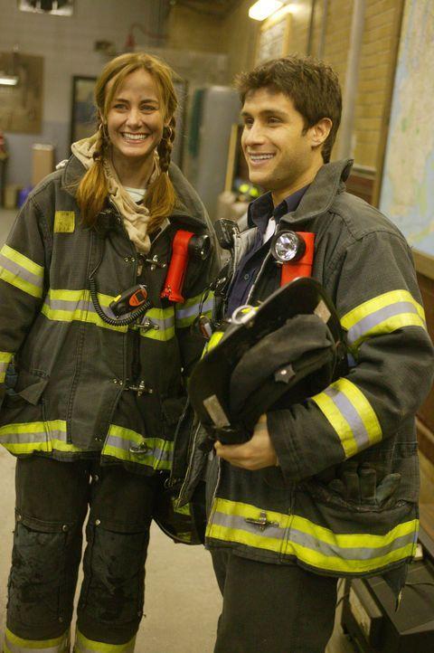 Geschafft, aber glücklich: Laura (Diane Farr, l.) und Mike Silletti (Michael Lombardi, r.) ... - Bildquelle: 2005 Sony Pictures Television Inc. All Rights Reserved.