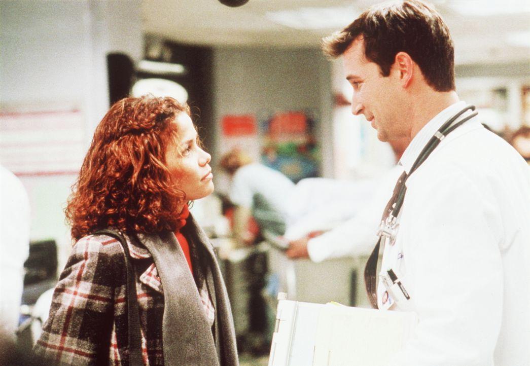 Carter (Noah Wyle, r.) ist sehr angetan von Rena (Lourdes Benedicto, l.), der neuen Praktikantin in der Kinderabteilung, und beginnt ein Verhältnis... - Bildquelle: TM+  2000 WARNER BROS.