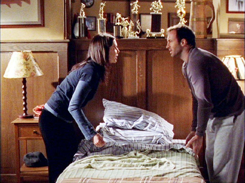 Während ein Feuer im Independence Inn Lorelai (Lauren Graham, l.) zwingt, ihre Gäste bei ihren Freunden einzuquartieren, erfährt Luke (Scott Patters... - Bildquelle: 2002 Warner Bros.