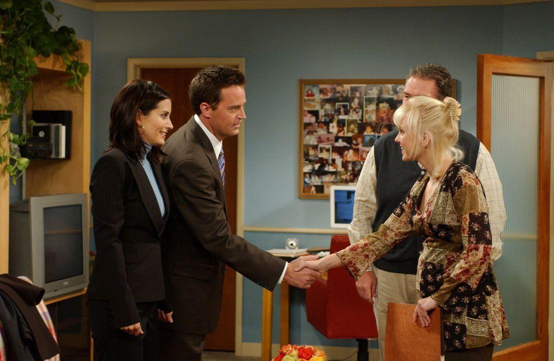 Auf Monica (Courteney Cox, l.) und Chandler (Matthew Perry, 2.v.l.) wartet ein spannendes Treffen mit Erica (Anna Faris, r.) und einem Beamten der A... - Bildquelle: 2003 Warner Brothers International Television